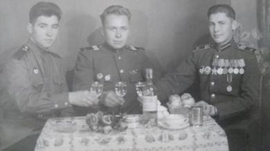Виктор Николаевич (справа)
