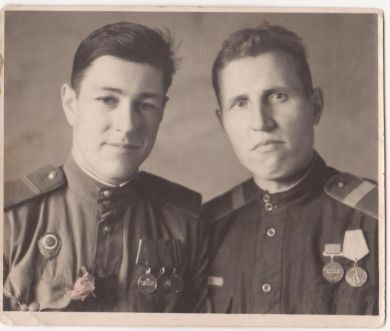 Семенов Василий Матвеевич (справа)