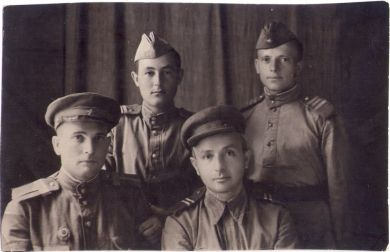 Арон Еремеевич Шепельский (сидит справа)