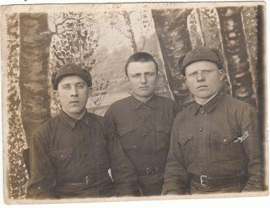 Шумских Петр Ефимович ( в центре)