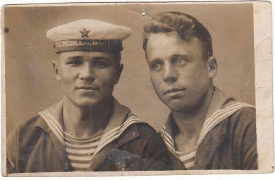 Шумских Михаил Ефимович (справа)