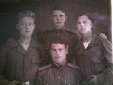 Гв. сержант Кобылин Юрий Николаевич (слева, стоит)