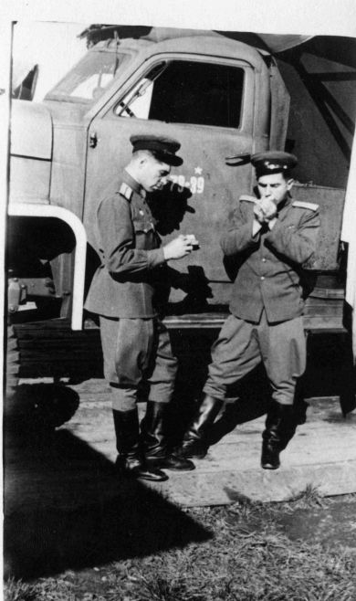 Валентин Васильевич Попов (слева)