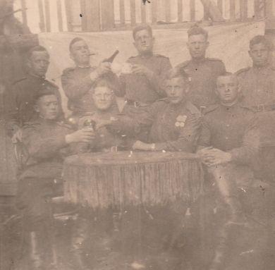 Иван Николаевич Берестов (крайний слева, стоит) и бойцы 568-го сп 149-й сд