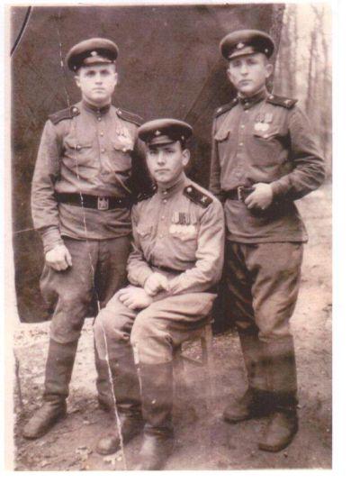 Брюханов Иннокентий Корнилович (в центре)