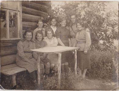 Смекалова Кира (стоит первая слева)