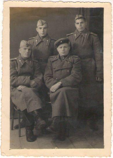 Баринов Владимир Иванович (стоит слева)