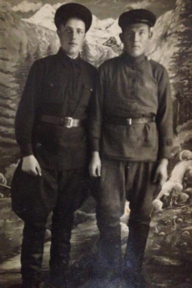 Сиротенков Иван Алексеевич (слева)