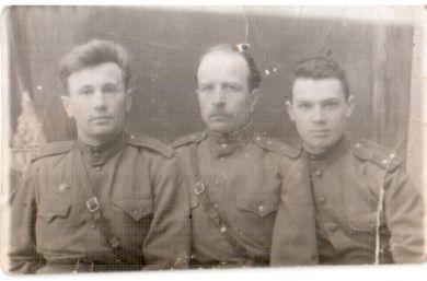 Золотарев Семен Павлович (в центре)