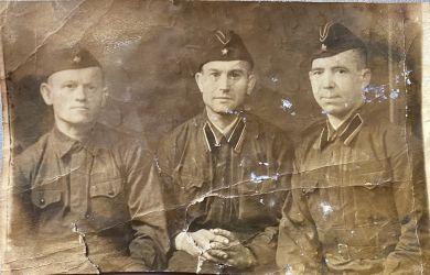 Аксенов Никандр Николаевич (слева)