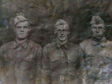 Трушкин Иван Васильевич (слева) с однополчанами