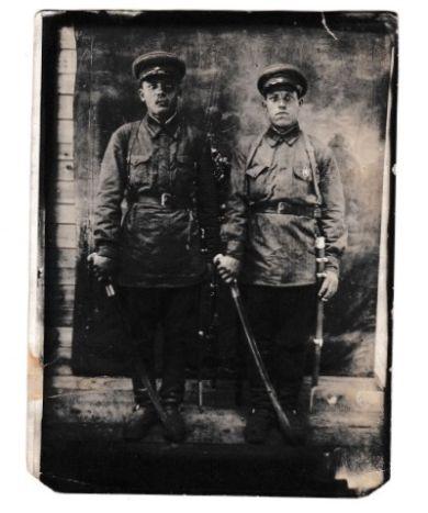 Бондаренко Иван Прокопьевич (слева)