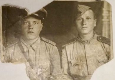 справа Василий Иванович Селезнев с товарищем (ФИО солдата не известно)