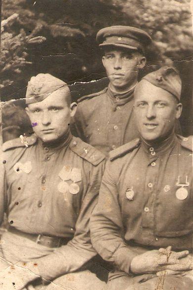 Лазарев Иван Кузьмич (справа)