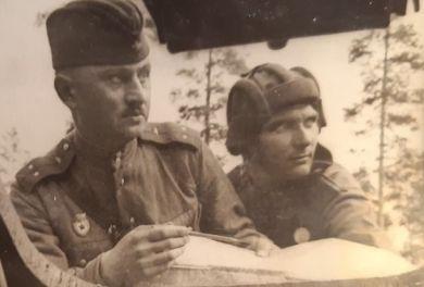 Богдасаров Богдан Артемьевич (слева)