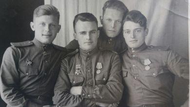 Александр с товарищами по службе