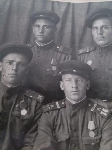 Жариков Павел Константинович ( вверху слева)