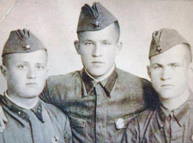 Галайденко Иван Петрович (слева) с однополчанами из  418 сп 133 сд