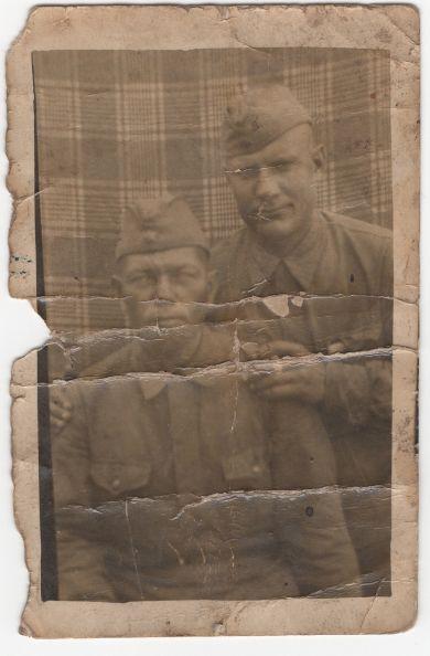Шамин Егор Антипович (стоит) и неизвестный боец