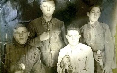 Злобин Петр Давыдович (стоит справа)