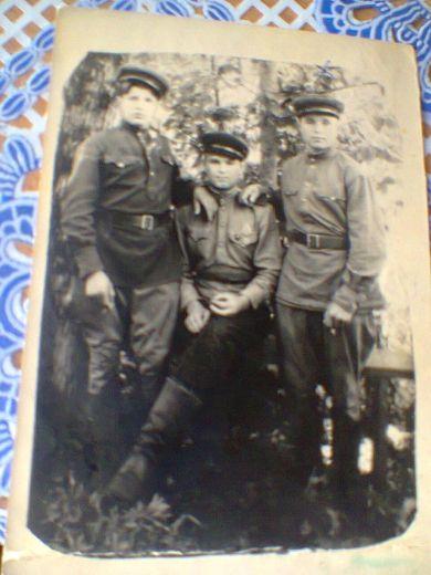 Головков В.П. (справа) с однополчанами