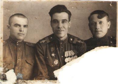 Новичков Пётр Алексеевич (в центре) с сослуживцами