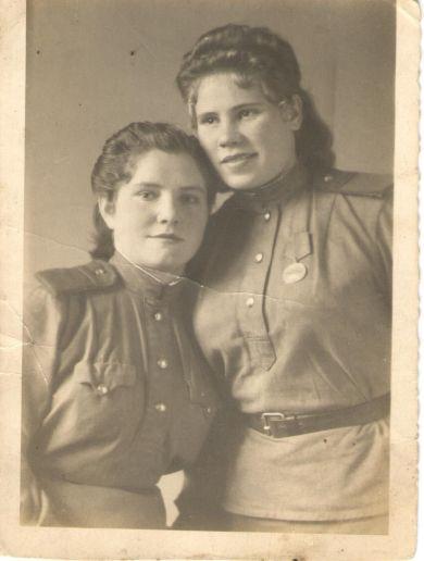 Аня Кренева (справа)