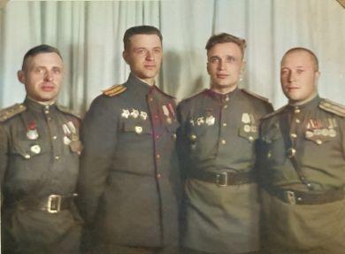 Демидов Михаил Иванович (слева) с товарищами