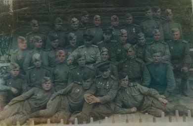 Демидов Михаил Иванович (ком.роты, в центре)