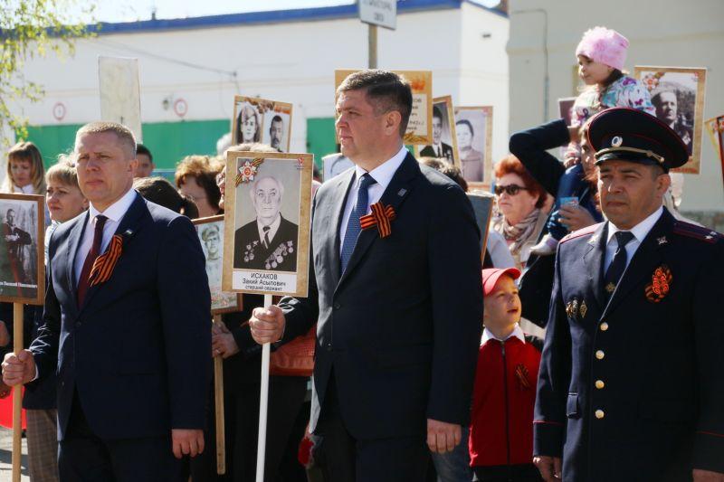 Глава  администрации Б.В. Беляев в колоне Бессмертного полка