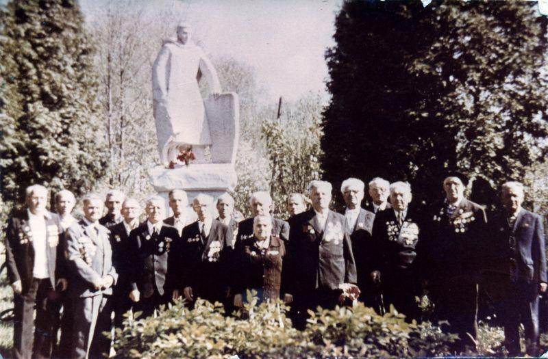 Звягинцы - участники ВОВ (9 мая 1991 или 1992 г.). Среди них мой папа Егоров Иван Илларионович - в центре в 1-м ряду. Прошу Звягинцев помочь вспомнить поименно всех, кто на фото.