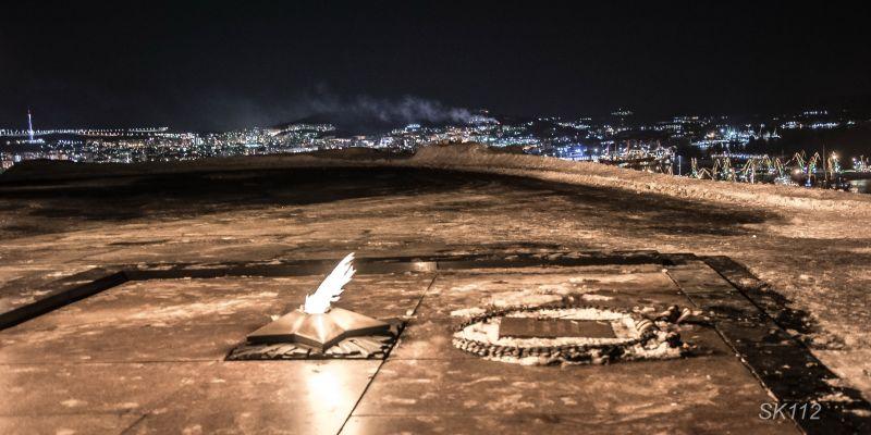 Вечный огонь у памятника защитникам Советского Заполярья
