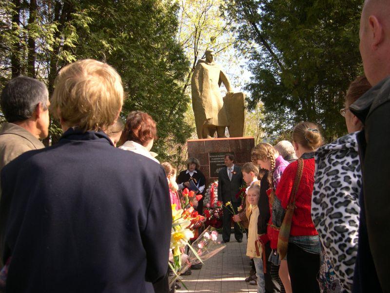 2011. 9 мая. Помним и скорбим. Звягинцы у памятника.