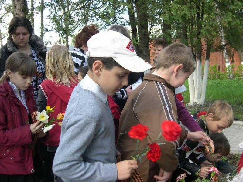 2011. 9 мая. Школники возлагают цветы к памятнику.