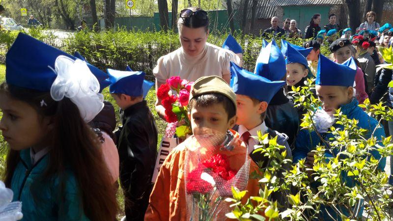 2015 г. 8 мая. Ученики Звягинской шолы - самые младшие участнии 1-го Звягинского Бессмертного полка.