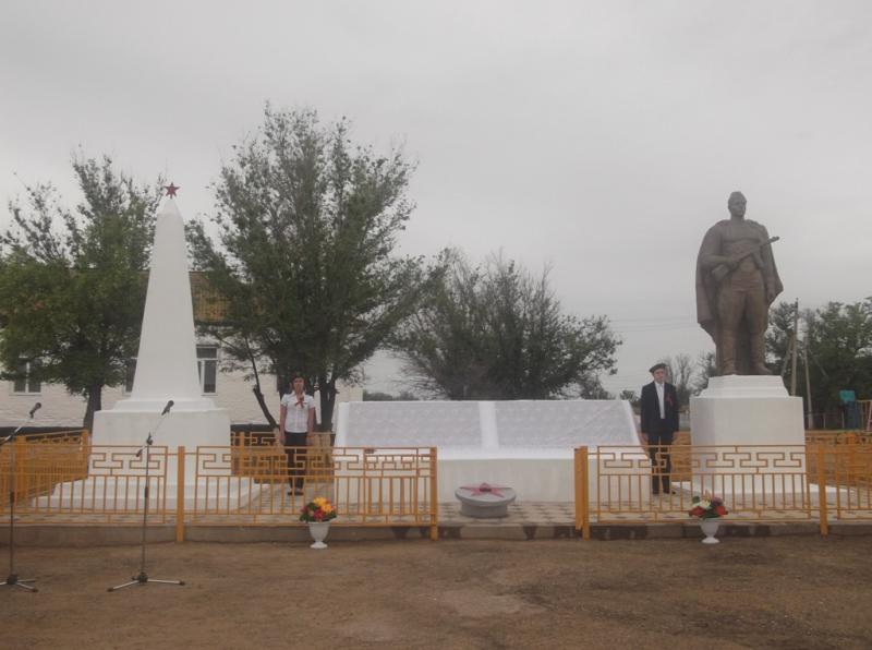 Памятник и Обелиск «Воинам – освободителям»п.Улан-Хол Лаганского района
