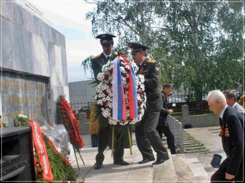 Ветераны ІІІ-го Украинского фронта возлагают венок к обелиску. 9 мая, 2010г.