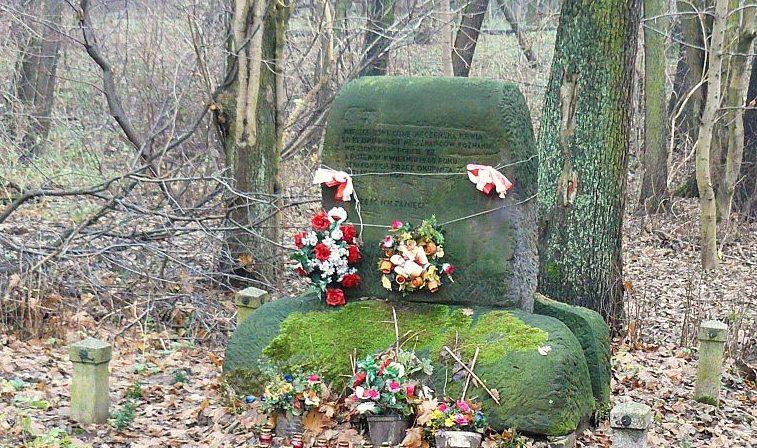 г. Познань. Памятник жертвам концлагеря «Форт VII», установленный на восточном берегу озера Русалка. Он  посвящён 20  жертвам концлагеря, погибшим в декабре 1940 г.
