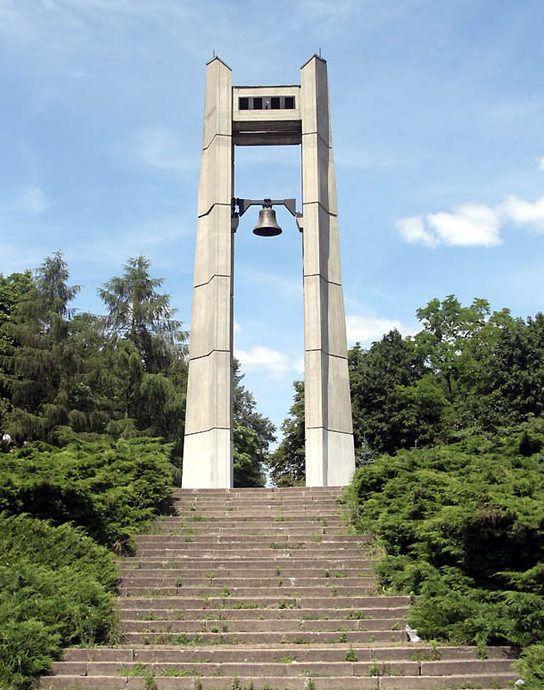 Памятник  дружбы народов на воинском захоронении.