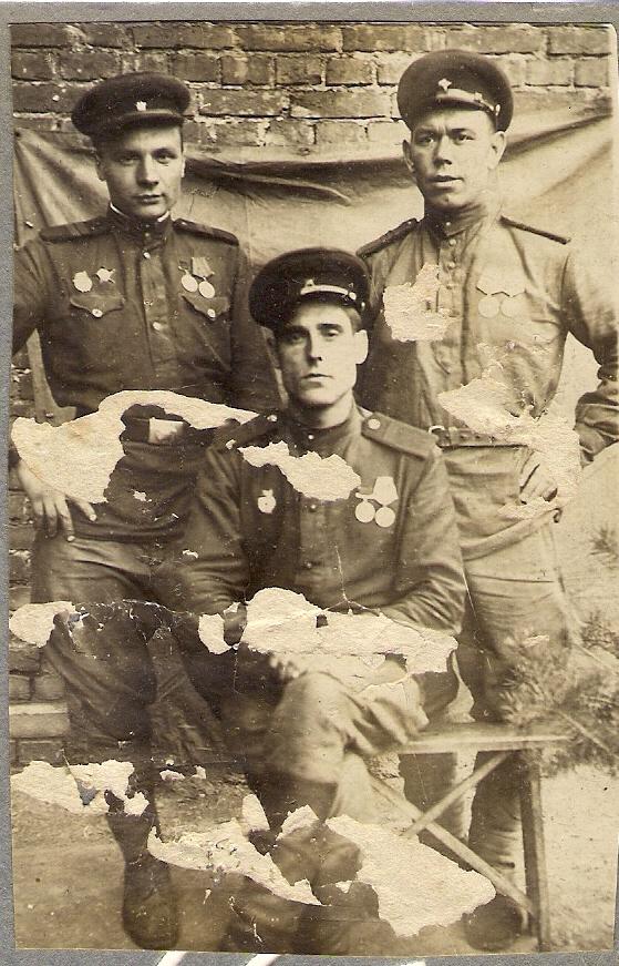 Сапьян Пётр Лукьянович (в центре)