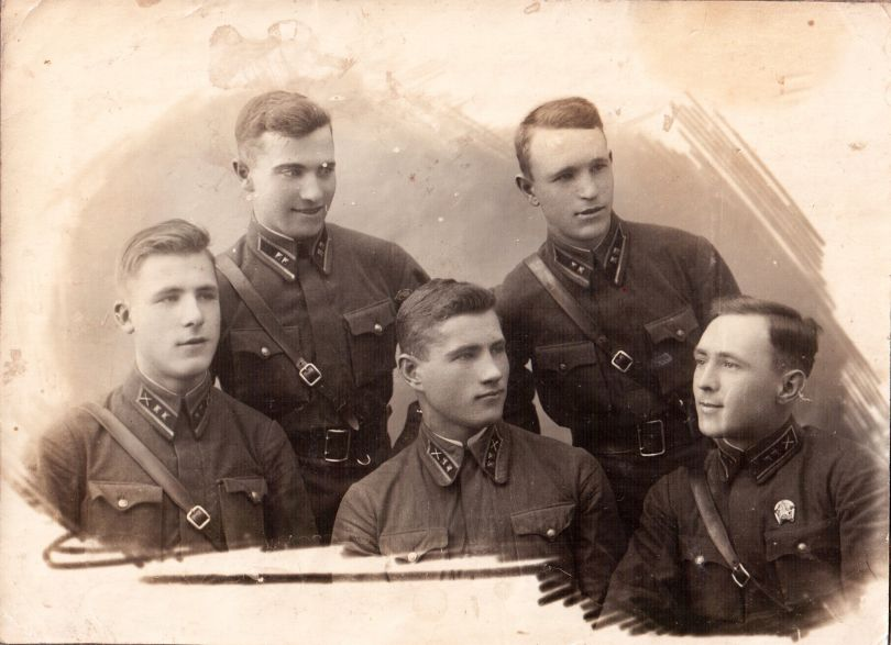 Гугнин Демьян Алексеевич (стоит справа)