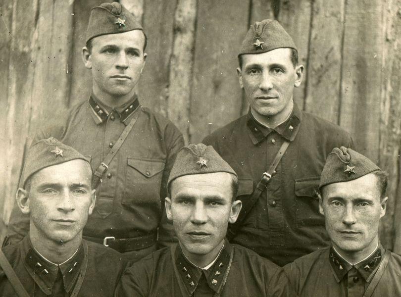 Сластенов Тимофей (верхний ряд слева)  с сослуживцами