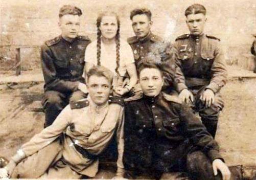 Смирнов, Пономаренко, Серов, Мария, Теплюков, один - неизвестный