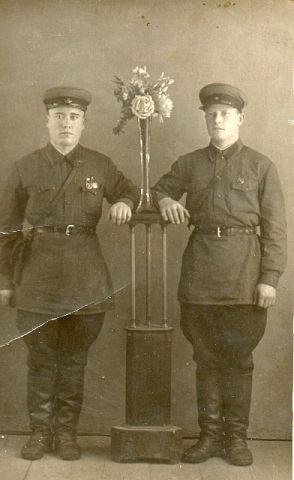Порошин Иван Егорович (справа)