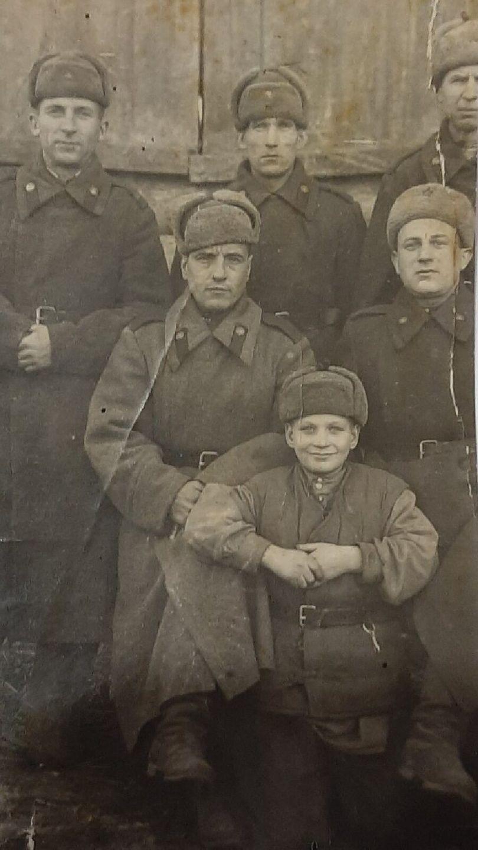 Пинчук Иван Иванович (сидит слева)