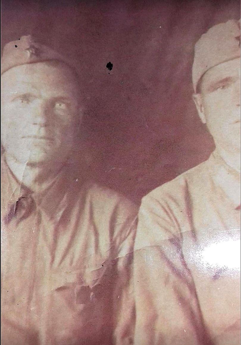 Приходько Яков Егорович (слева)