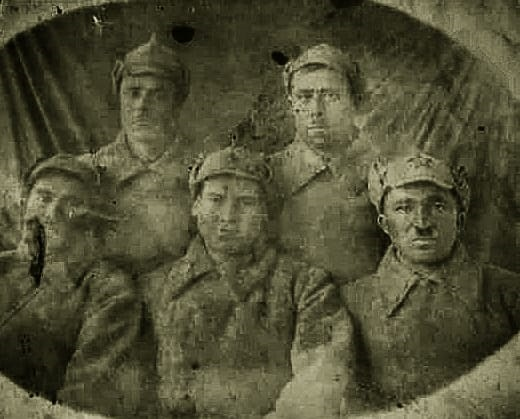 Мигунов Ефим Михайлович (в центре)