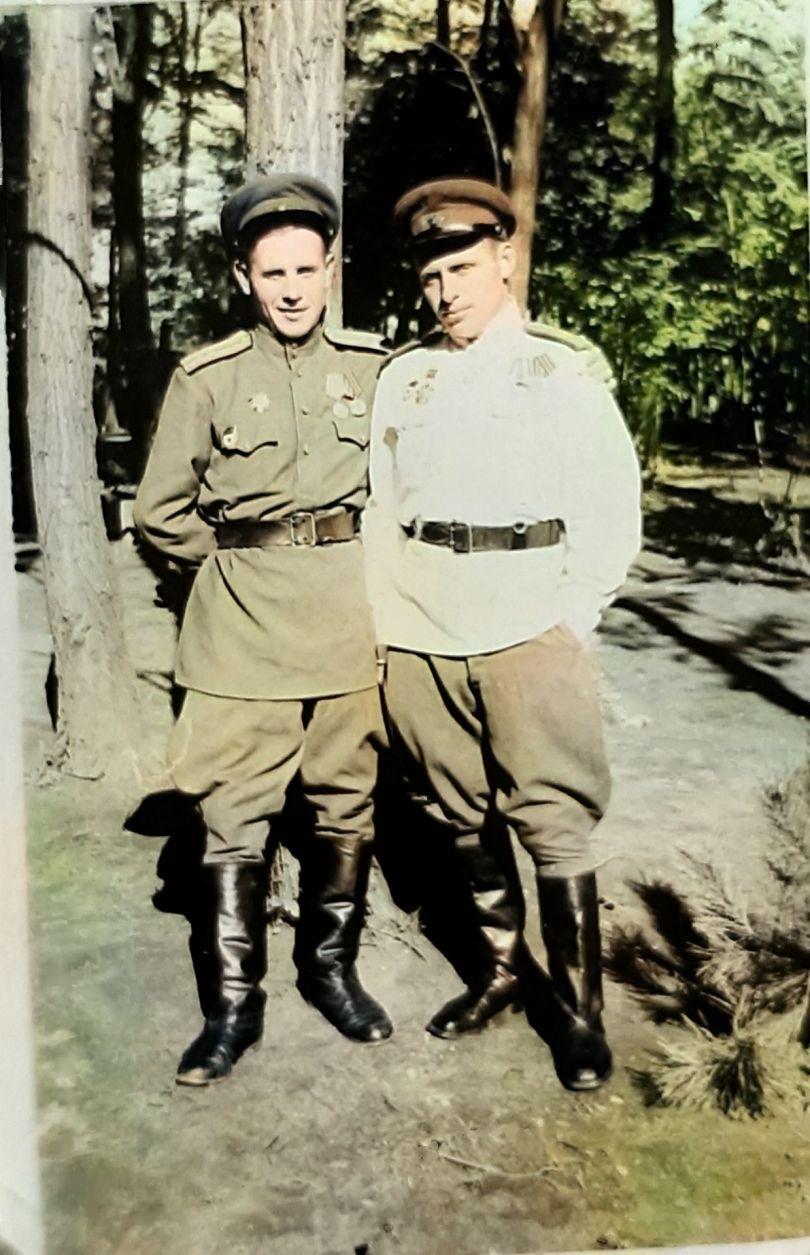 ДЕМИДОВ МИХАИЛ ИВАНОВИЧ (справа).